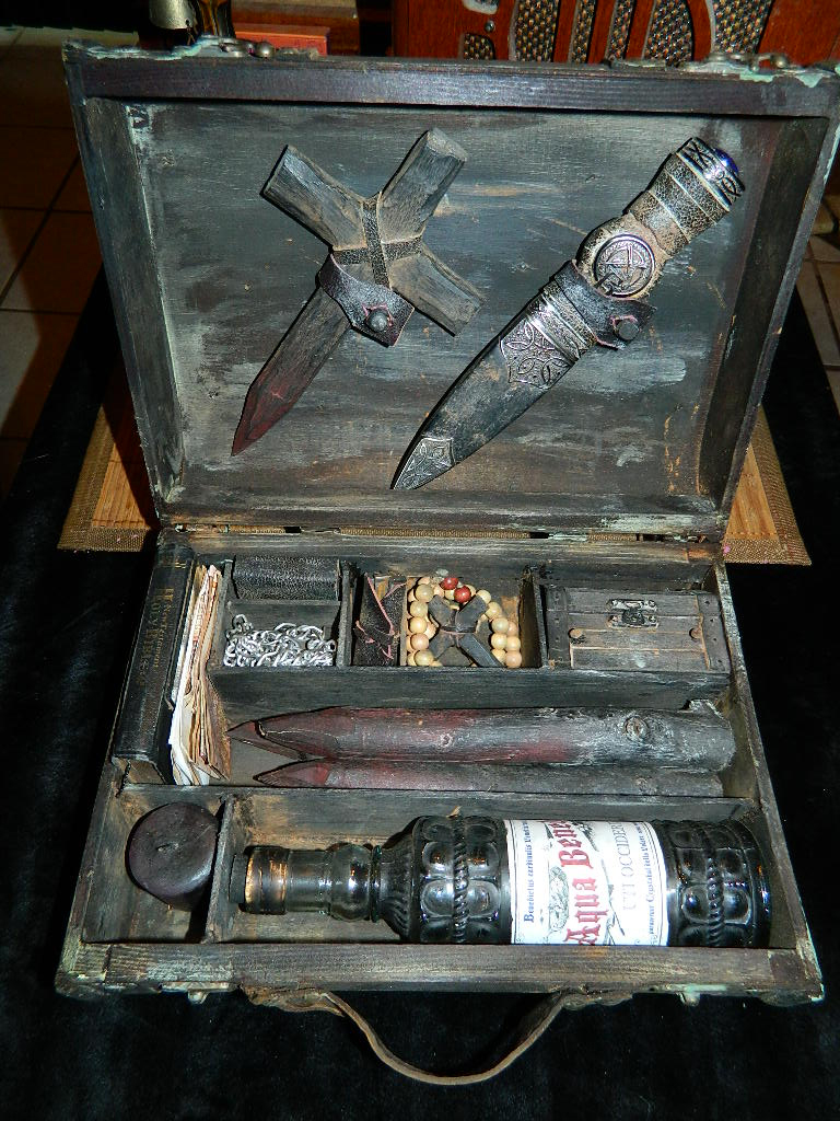 gabriella-vampire-killing-kit-box-inside
